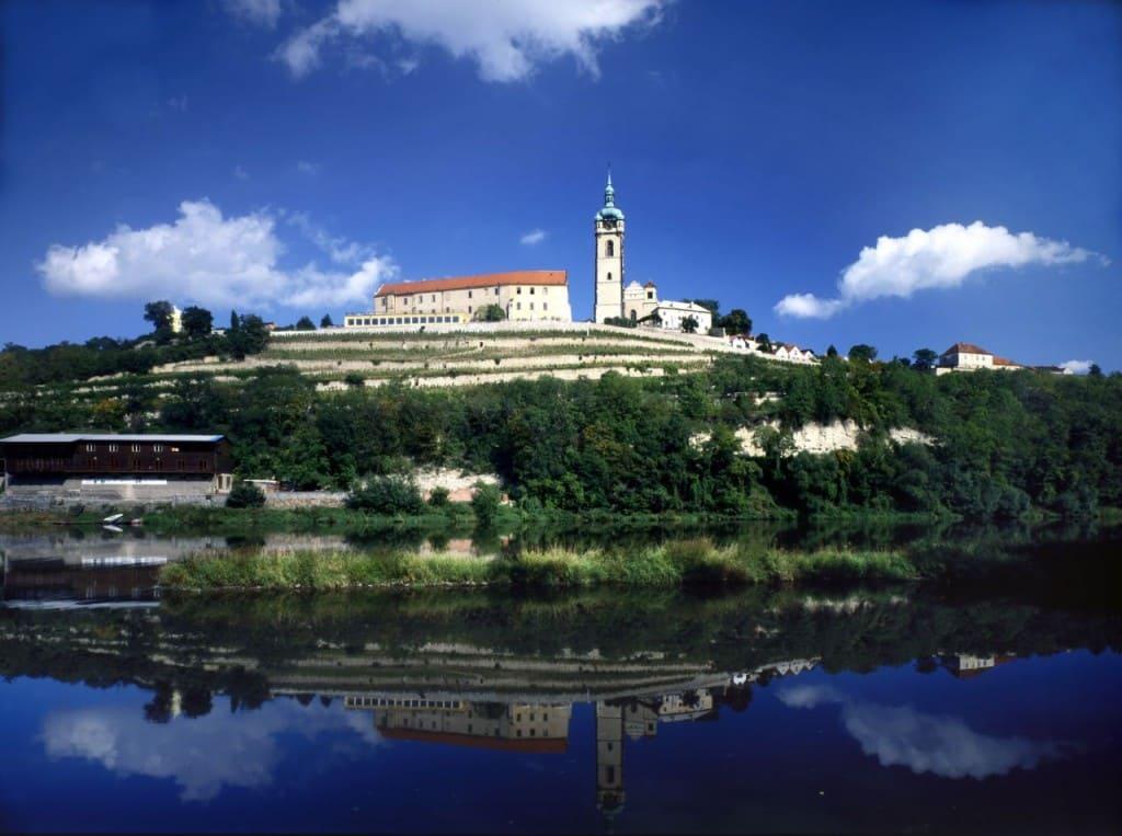 замок Мельник на берегу реки